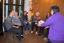 Beim Spiel mit dem Ball lernen sich Sigrid Barthel (rechts), die Schüler der Albertus-Magnus-Schule und die Bewohner kennen.