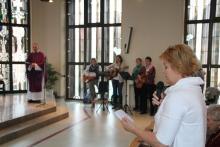 Christiane Ernst, Heimleiterin des Paulusheims, liest Fürbitten während des Gottesdienstes.
